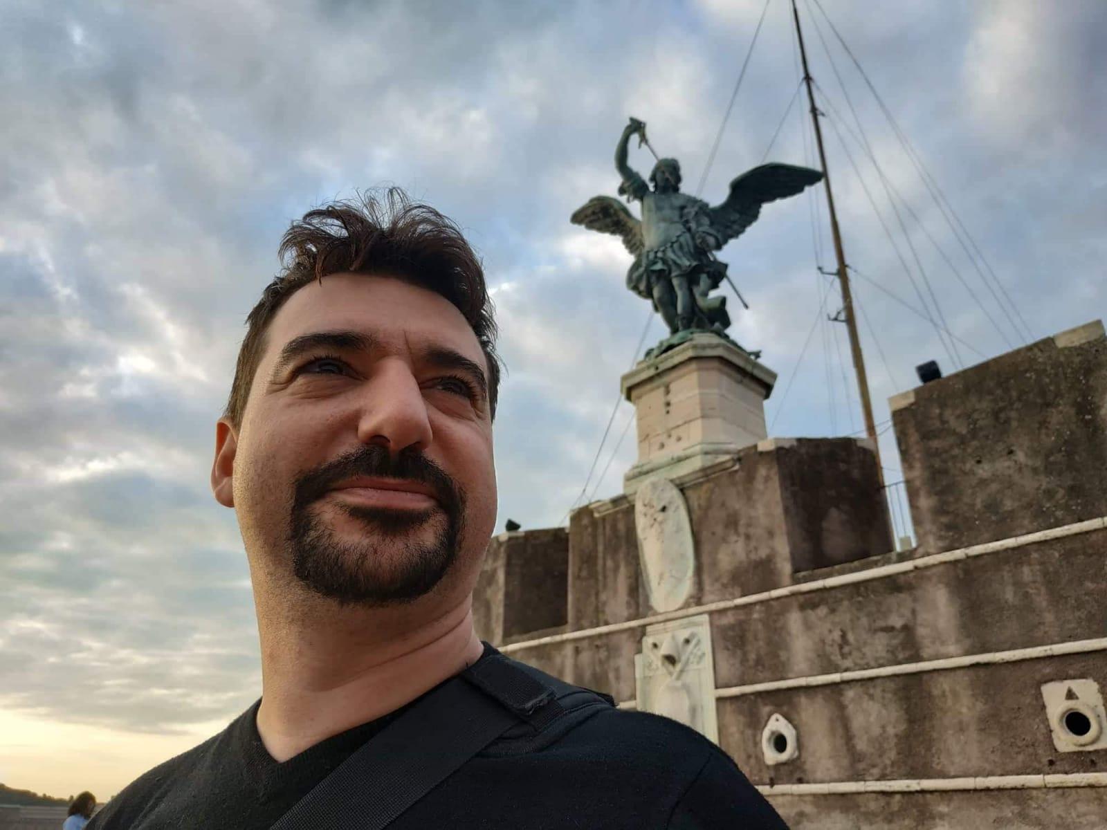 Alessandro Piconi in una delle sue apparizioni a Castel Sant'Angelo