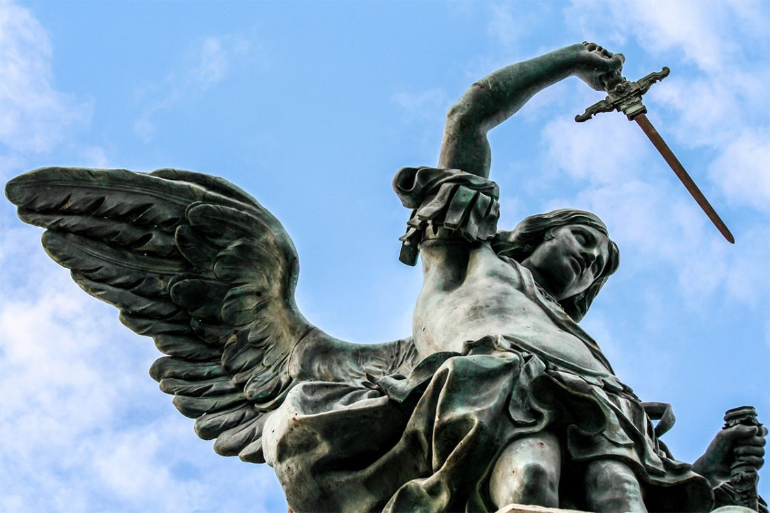 L'arcangelo Michele, sopra castel Sant'Angelo, sguaina o rinfodera la spada?